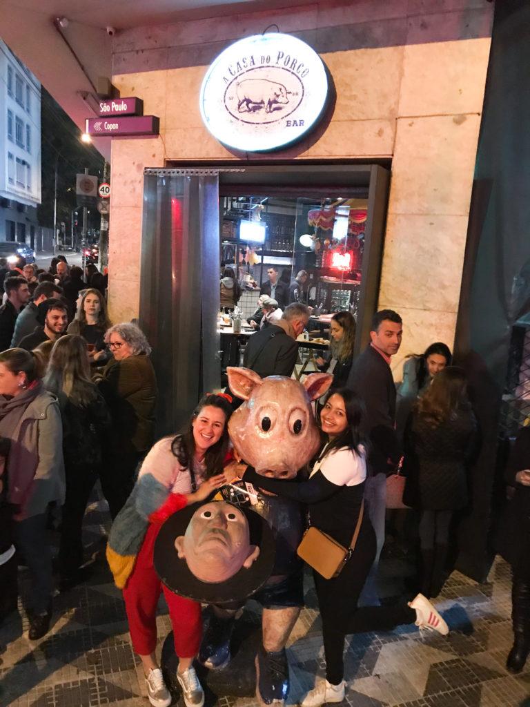 a casa do porco porco na entrada do restaurante centro sao paulo laina conhecendo restaurantes