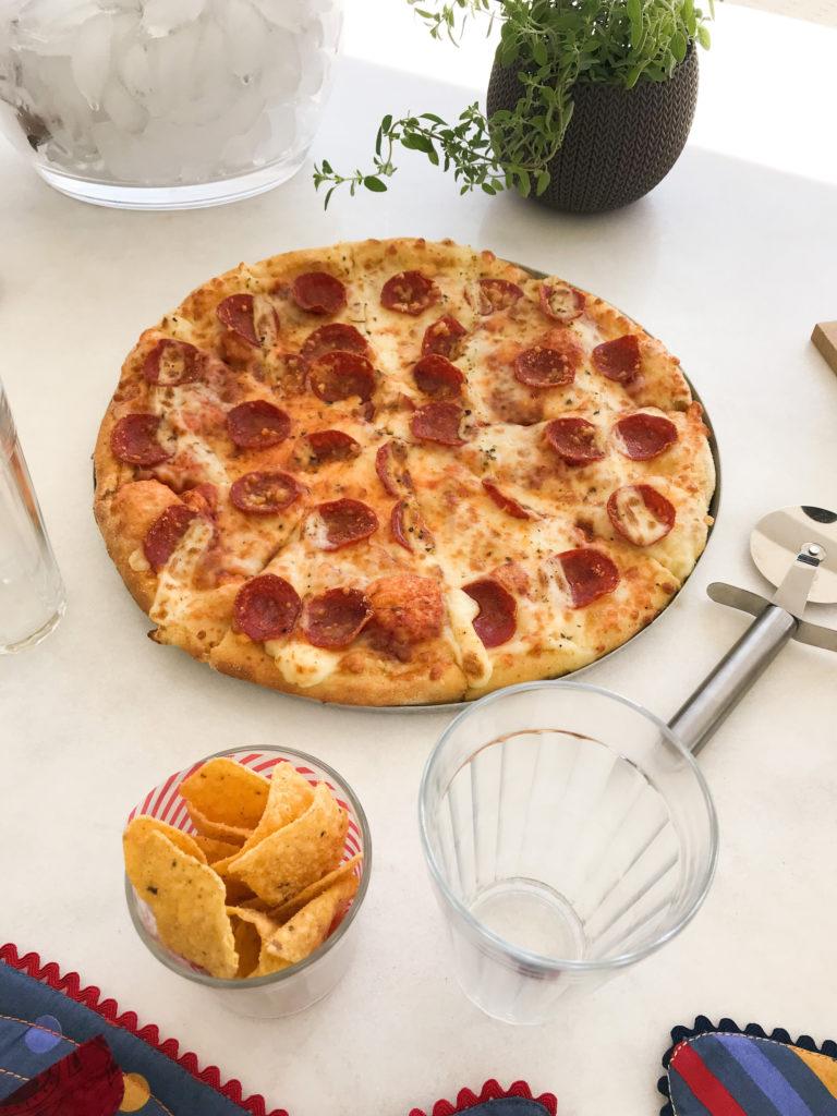 pizza em casa noite da pizza recebendo amigos mesa posta com doritos