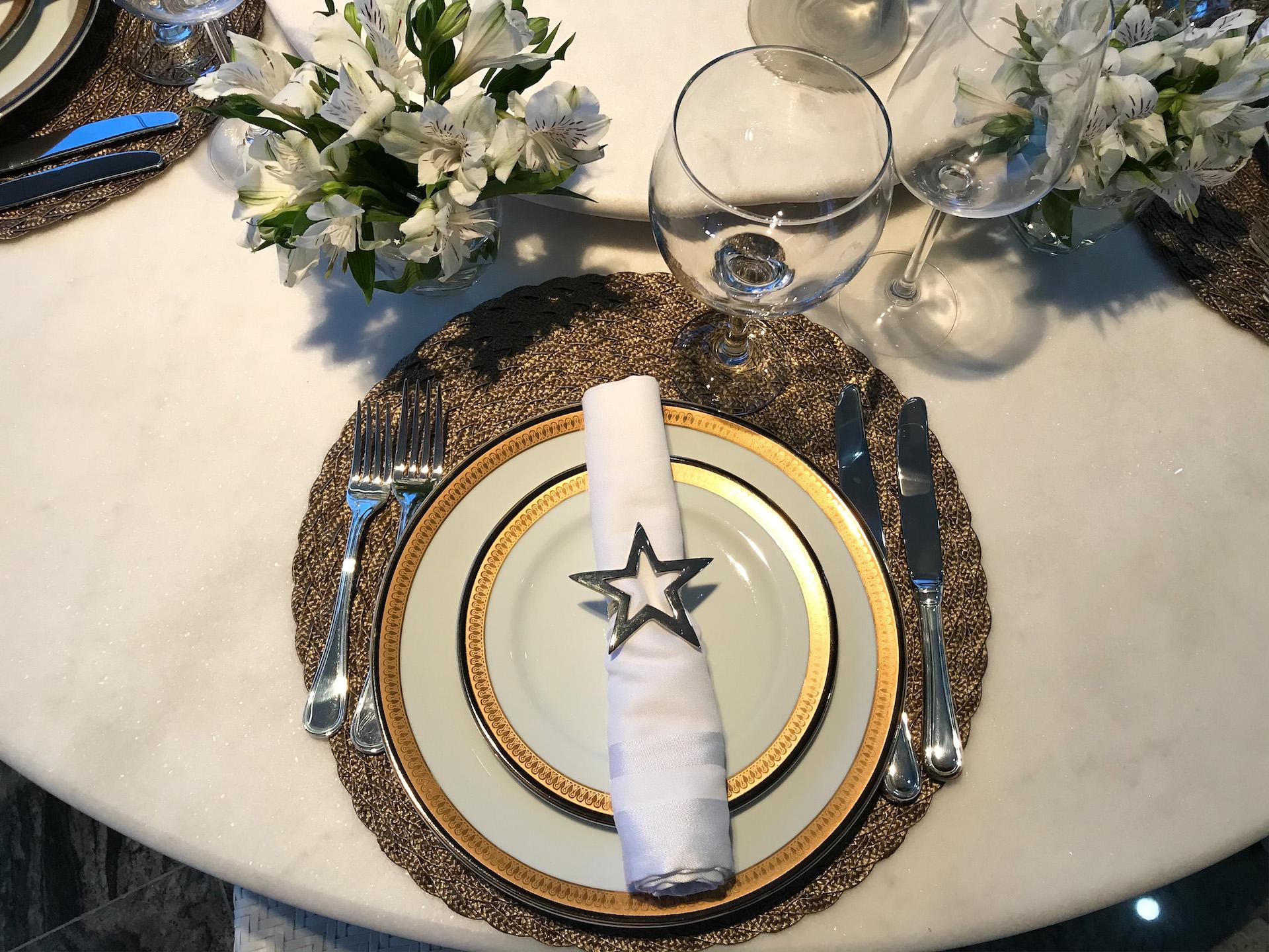 mesa posta jantar de ano novo em casa com os amigos