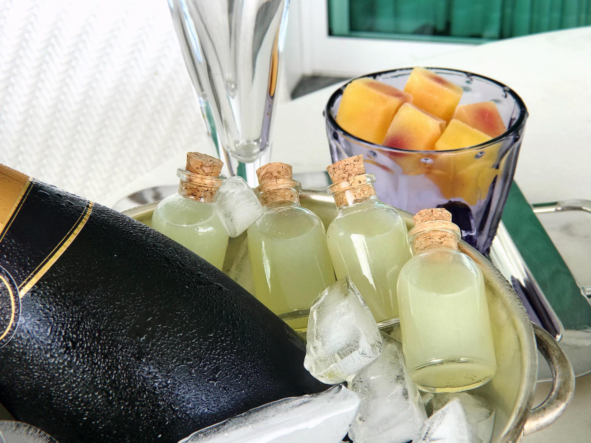 mesa posta limão espremido em garrafinhas