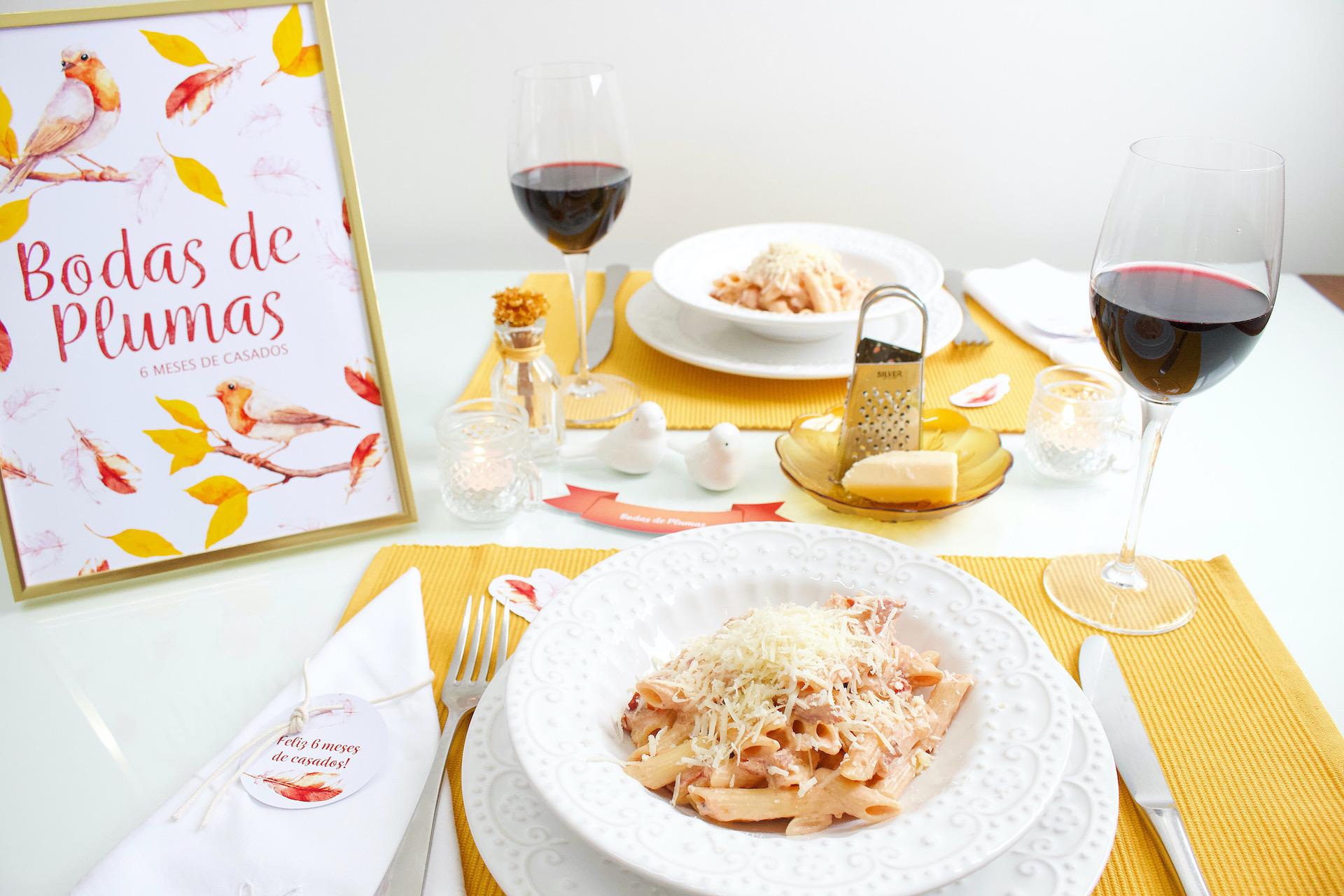 jantar romântico em casa para comemorar bodas de plumas